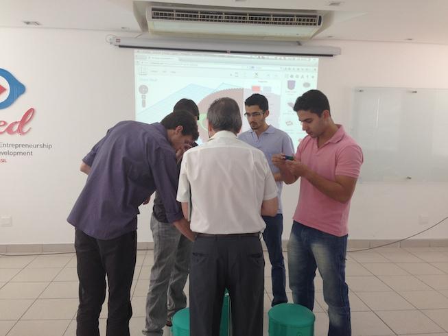 Participantes analisando peças